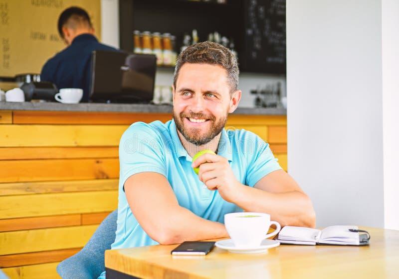 Das Mittagessen essen Apfel Gesunde Gewohnheiten Kaffeepause zum sich zu entspannen Gesunde Mannsorgfalt-Vitaminnahrung während d stockbild