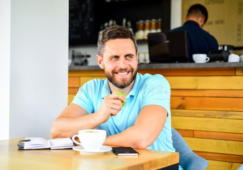 Das Mittagessen essen Apfel Gesunde Gewohnheiten Kaffeepause zum sich zu entspannen Gesunde Mannsorgfalt-Vitaminnahrung während d lizenzfreie stockfotos
