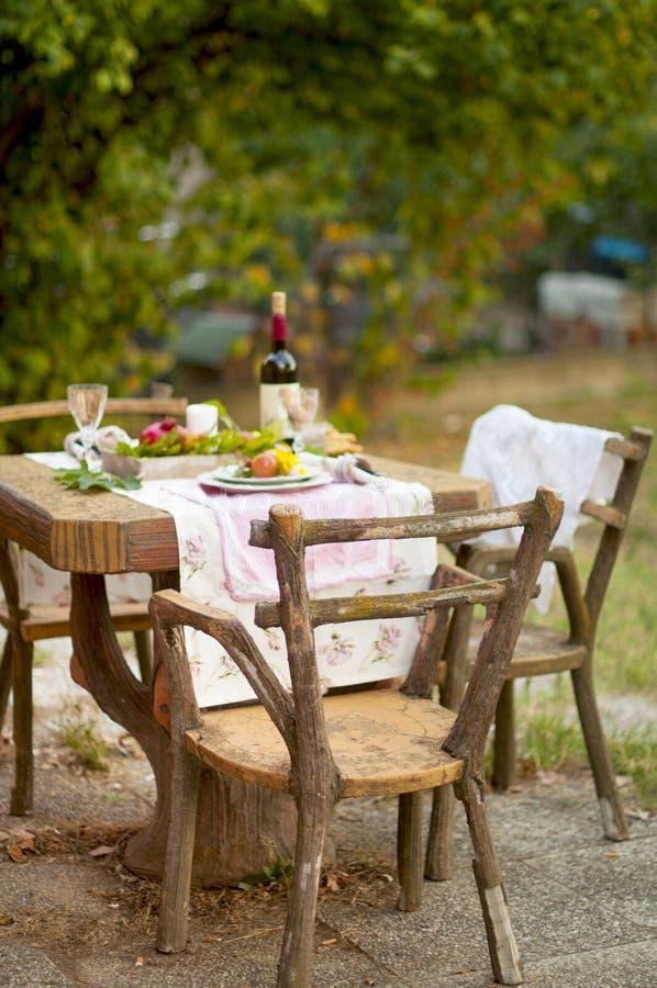 Das Mittagessen ist im Herbstgarten, in der Atmosphäre des Feiertags und in der Gemütlichkeit romantisch Herbstliches Abendessen  lizenzfreie stockbilder