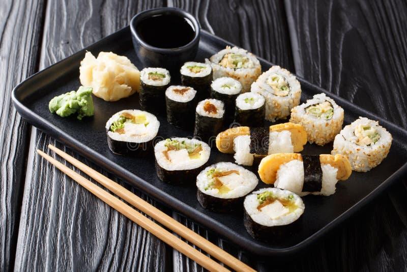 Das Mittagessen stellte japanische Sushirollen mit Meeresfrüchten, Gemüse, Tofu und tamago Nahaufnahme auf einer Platte ein horiz stockbilder