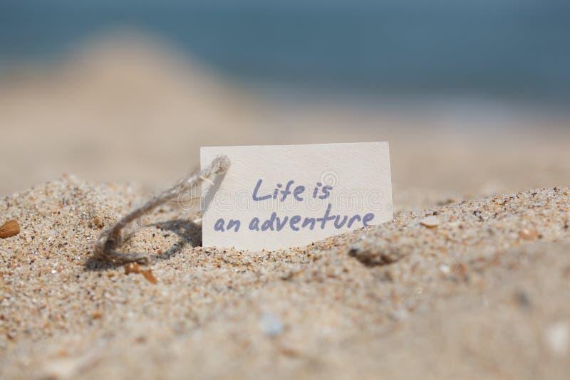 Das Mitteilungs-Leben ist ein Abenteuer auf dem Sand stockbilder