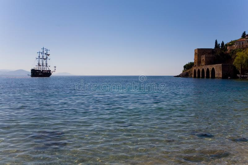 Das mittelalterliche Schiff ließ Anker nahe der alten Festung fallen stockfotos