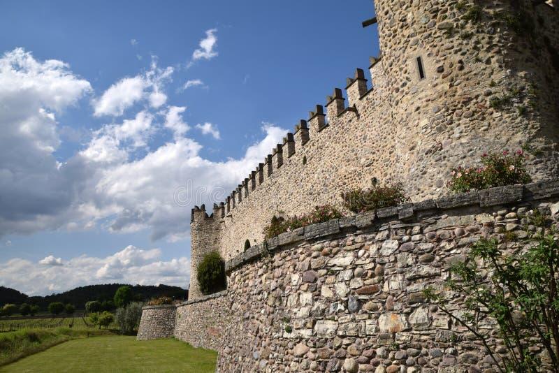 Das mittelalterliche Schloss von Passiranon in der Landschaft von Franciacorta - Lombardei - Italien lizenzfreie stockfotografie