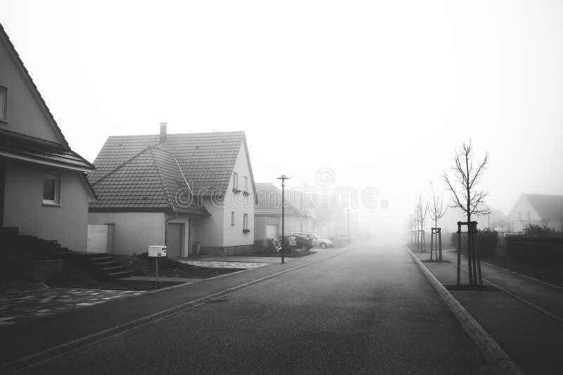 Download Das Moderne Dorf Von Frankreich, Nebel, Schwarzweiss Stockbild - Bild von städtisch, bäume: 90233463