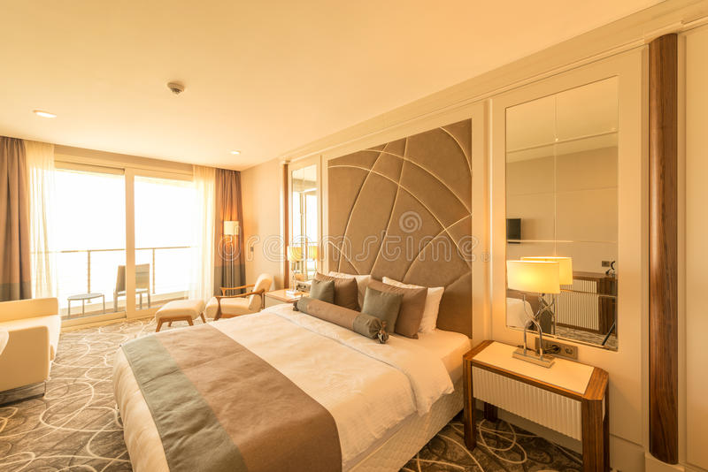 Das moderne Hotelzimmer mit großem Bett stockbilder