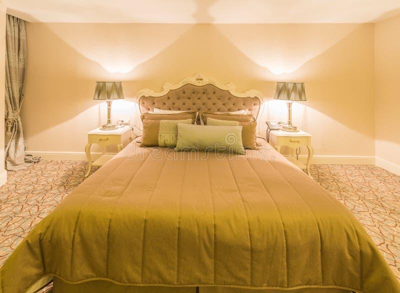 Das moderne Hotelzimmer mit großem Bett lizenzfreie stockfotografie