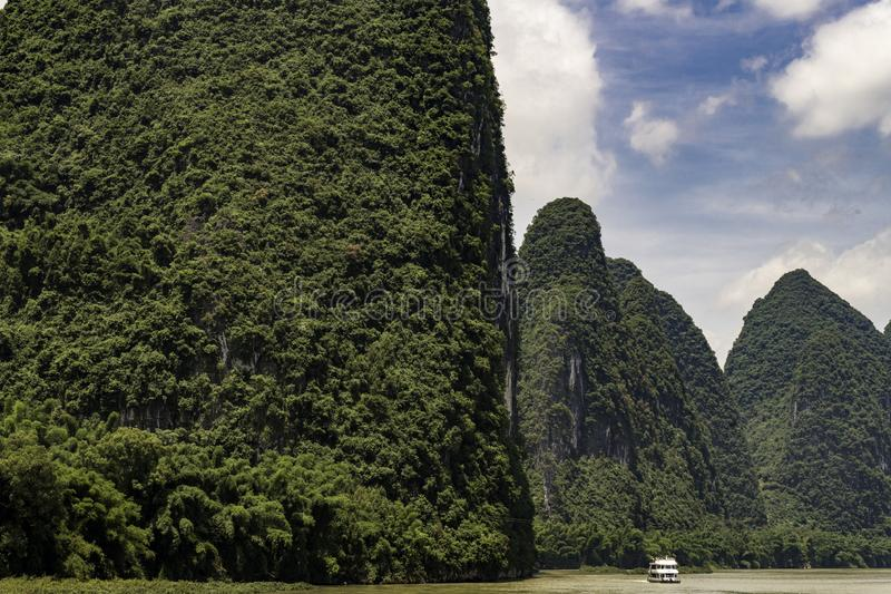 Das montanhas famosas do cársico de Guilin China barco alto de Lijiang do cruzeiro do rio do dia fotos de stock
