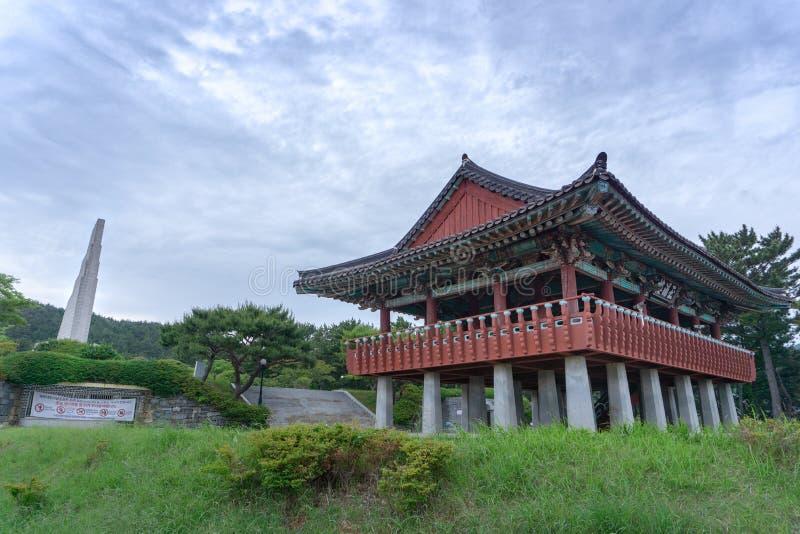 Das Monument des Admirals Yi Sun-Sin und des traditionellen koreanischen Artpavillons an großem vitory commemoative Park Okpo stockfotografie