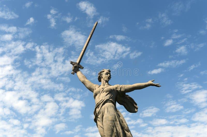 Das Monument die Mutterlandsanrufe des Mamaev Kurgan in Wolgograd stockbilder