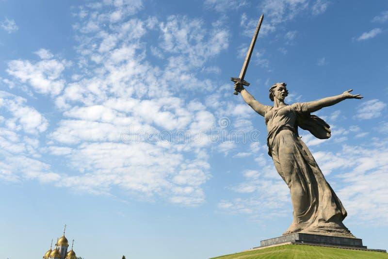 Das Monument die Mutterlandsanrufe des Mamaev Kurgan in Wolgograd stockfotografie