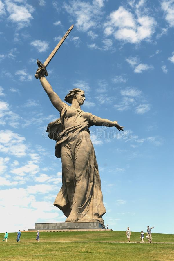 Das Monument die Mutterlandsanrufe des Mamaev Kurgan in Wolgograd stockfotos