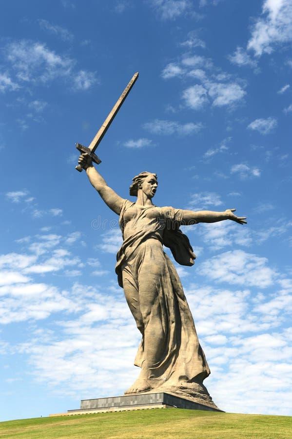 Das Monument die Mutterlandsanrufe des Mamaev Kurgan in Wolgograd lizenzfreie stockfotos