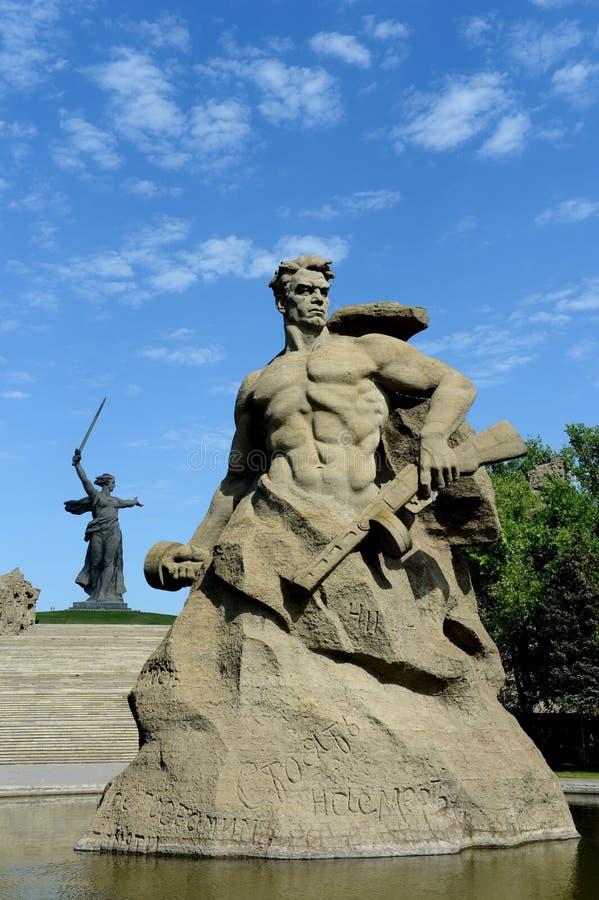 Das Monument die Mutterlandsanrufe! Skulptur eines sowjetischen Soldaten, zum zum Tod zu kämpfen! an der Gedächtnisgasse in der S lizenzfreie stockfotografie