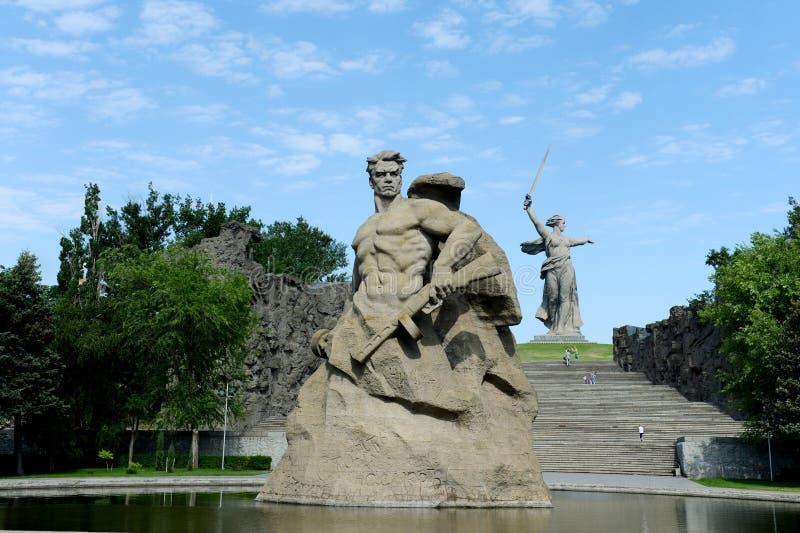Das Monument die Mutterlandsanrufe! Skulptur eines sowjetischen Soldaten, zum zum Tod zu kämpfen! an der Gedächtnisgasse in der S stockfotos