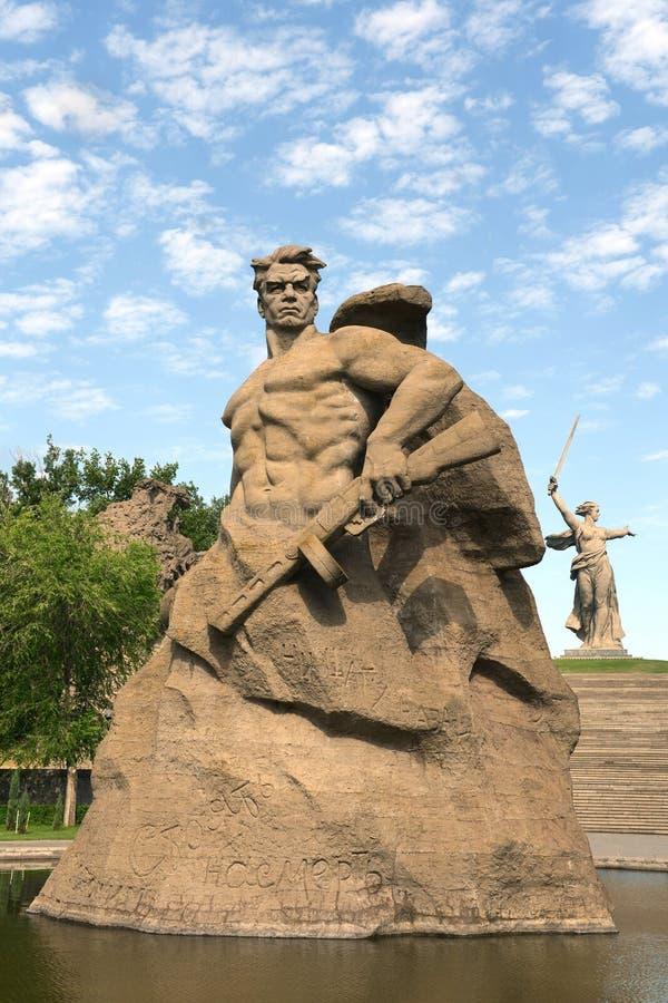 Das Monument die Mutterlandsanrufe! Skulptur eines sowjetischen Soldaten, zum zum Tod zu kämpfen! an der Gedächtnisgasse in der S lizenzfreie stockfotos
