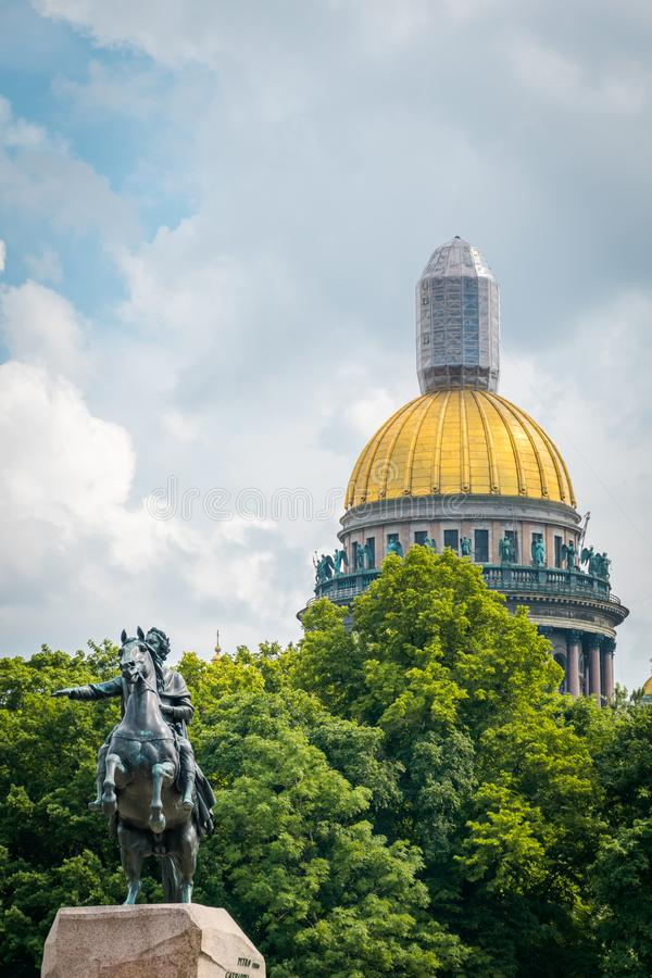 Das Monument zu Peter der Große in Kathedrale St. Isaacs in einem Hintergrund in St Petersburg, Russland lizenzfreie stockfotos