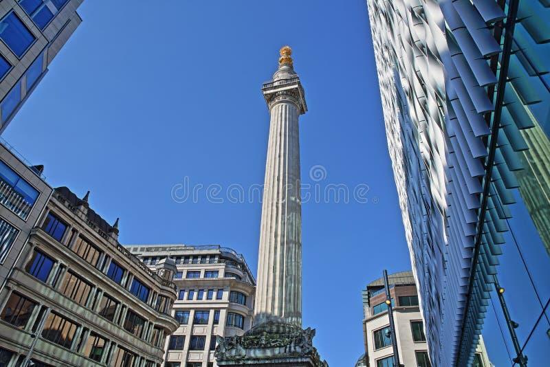 Das Monument zum großen Feuer in London umgab durch moderne Gebäude im Finanzbezirk der Stadt von London lizenzfreie stockfotografie