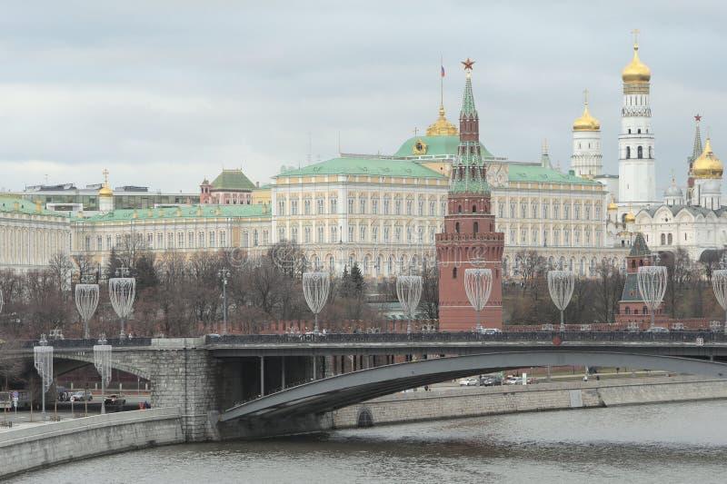 Das Moskau der Kreml, die große Steinbrücke, der Moskva-Flussdamm, Moskau, Russland stockfotografie