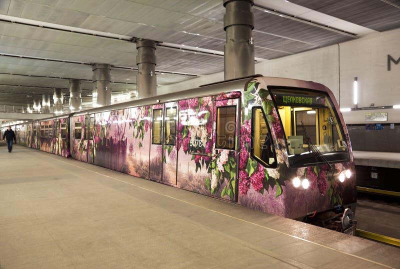 Das Moskau-Metrostation ` Myakinino-` und Zug ` Aquarell ` nahe Plattform stockfotografie