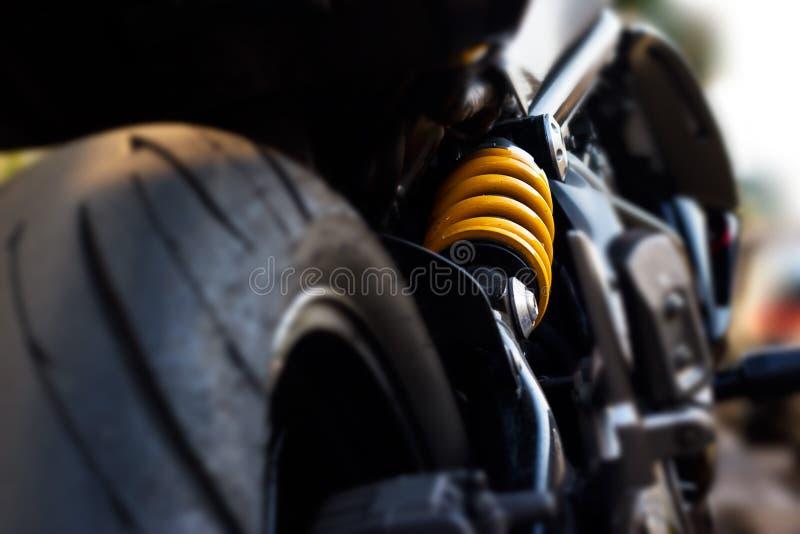 Das Motorrad des gelben Stoßdämpfers, Defokus stockbilder