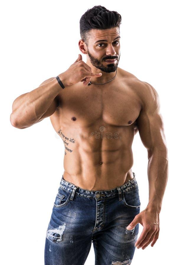 Das muskulöse hemdlose männliche vorbildliche Handeln ruft mich Geste an stockfoto