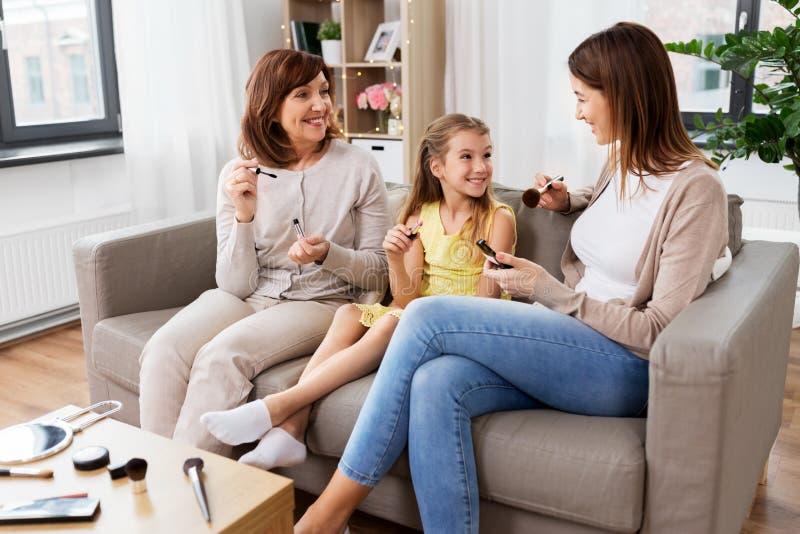 Das Mutter-, Tochter- und Großmutterhandeln bildet lizenzfreies stockfoto
