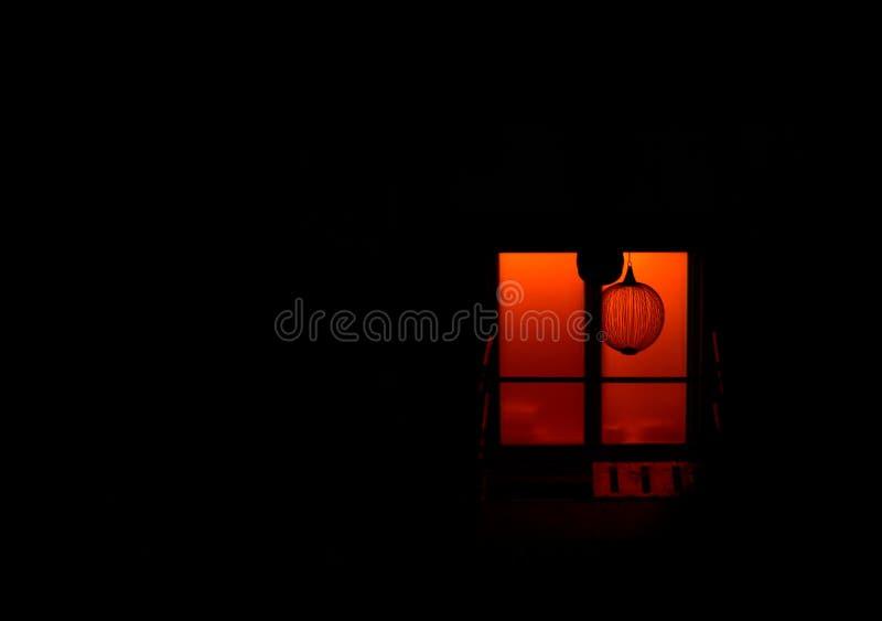 Das mystische Fenster nachts stockbilder
