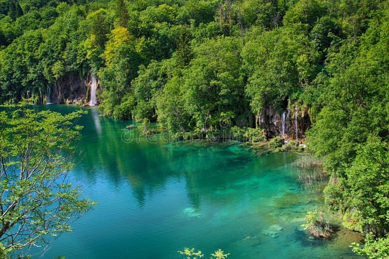 Das Na der schönen Ansicht das Wasser des Türkisfreien raumes von Plitvice See stockbilder