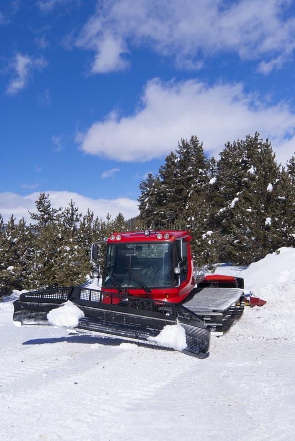 Das nahe Gleiskette ratrack Ski-verlegen in den Bergen stockfotos