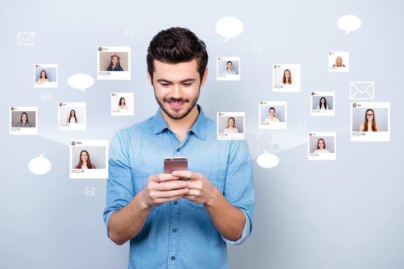 Das nahe hohe Foto, das sitzt er interessiert ist, er sein Kerlgriff Smartphone, der online gewöhnt wird, Internet-Auswahlgemeins stock abbildung