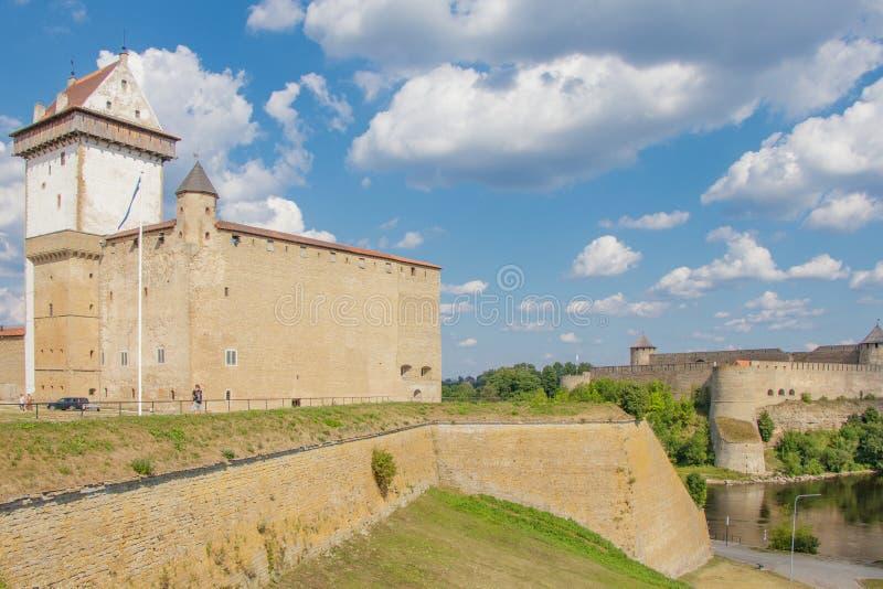 Das Narva-Schloss in Estland und in der Ivangorod-Festung in Russland lizenzfreie stockfotos
