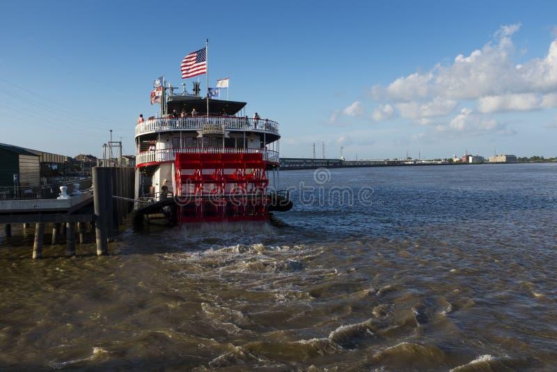 Das Natchez-Dampferboot, das den Hafen in der Stadt von New Orleans, Louisiana lässt lizenzfreies stockfoto