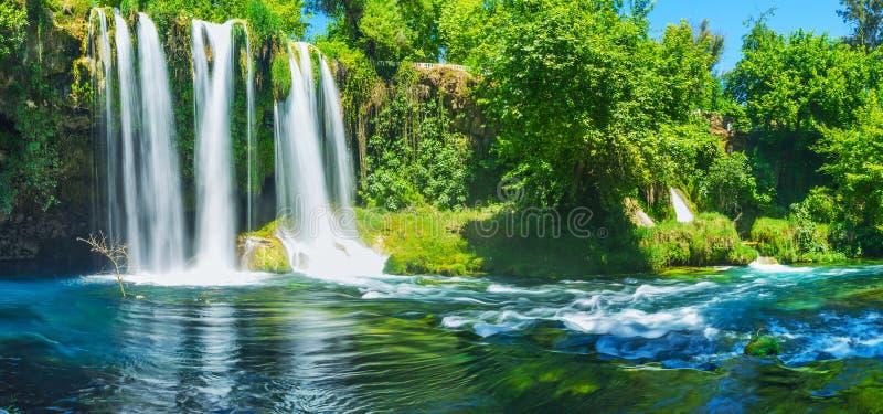 Das nebelhafte Effektwasser oberen Duden-Wasserfalls, Antalya, Turke stockbilder
