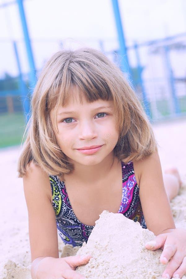 Das nette glückliche kleine Mädchen, das mit spielt, senden am Strand, der Natur - Freiheitskonzept genießt Stillstehendes Fre lizenzfreie stockbilder