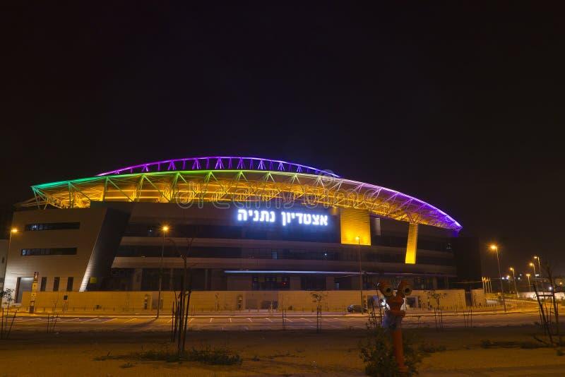 Das neue Natanya Fußballstadion belichtet nachts stockfotos