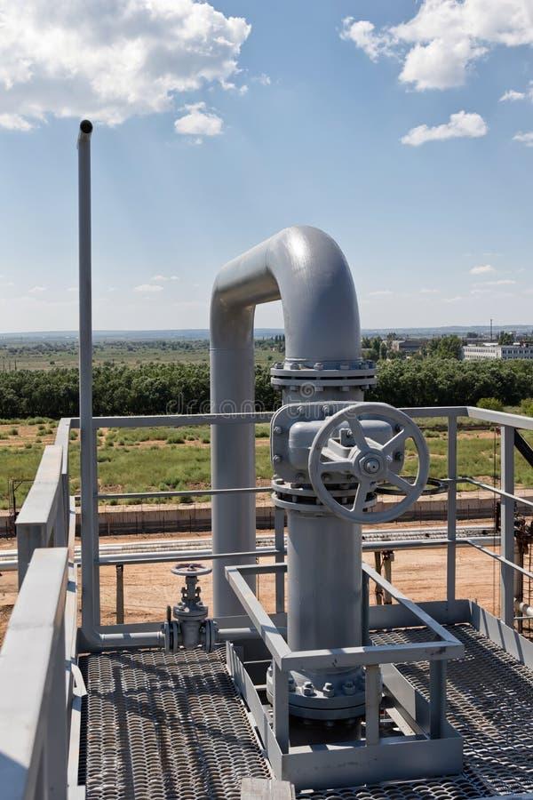 Das neue graue Ventil ist auf die Rohrleitung auf Versorgungsbereich installiert lizenzfreie stockfotografie