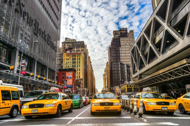 Das New York Times-Gebäude und das charakteristische gelbe Taxi, O stockfotografie