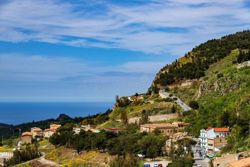 Das normannische Schloss in Caccamo, die Ansicht in Richtung zum Nordwesten auf dem Dorf lizenzfreie stockfotografie