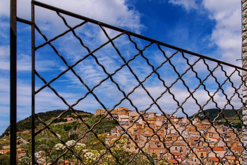 Das normannische Schloss in Caccamo, das Geländer aus Sicherheitsgründen, weil es abwärts steil ist stockbild