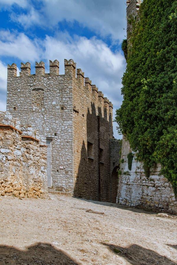 Das normannische Schloss in Caccamo mit der Weise zum Ausgang lizenzfreie stockfotos