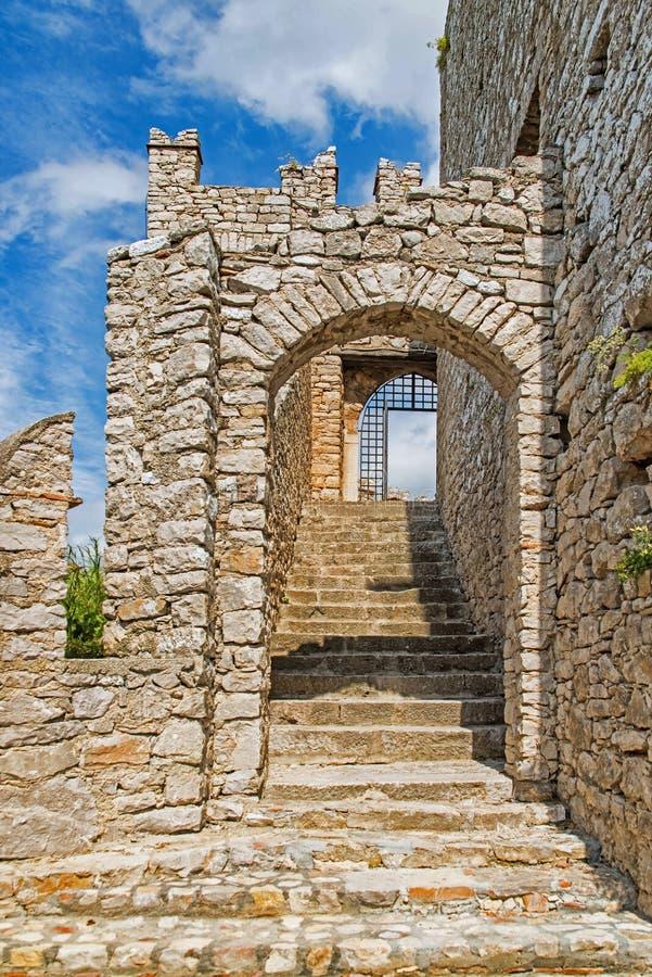 Das normannische Schloss in Caccamo mit Treppe zum folgenden Standpunkt stockbild