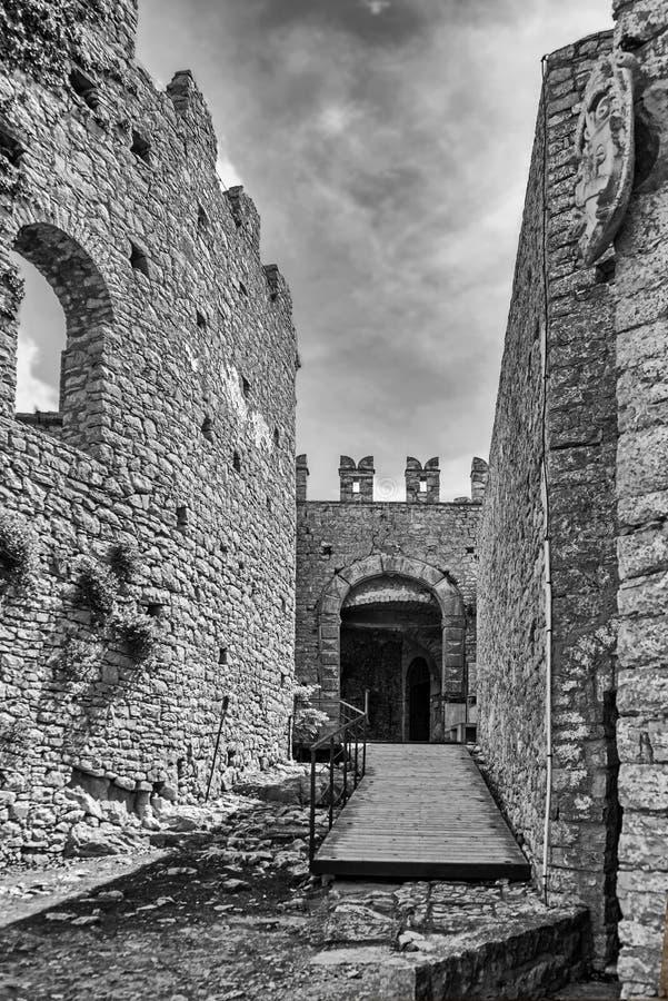 Das normannische Schloss in Caccamo, in Richtung zu einer Halle des alten Schlosses lizenzfreies stockfoto