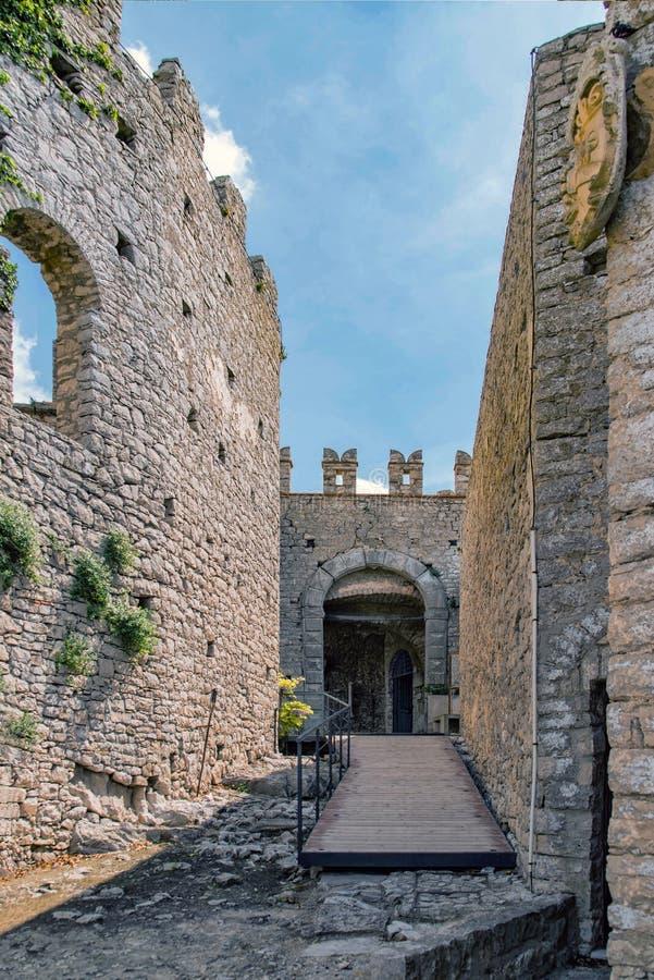 Das normannische Schloss in Caccamo, in Richtung zu einer Halle des alten Schlosses lizenzfreie stockbilder