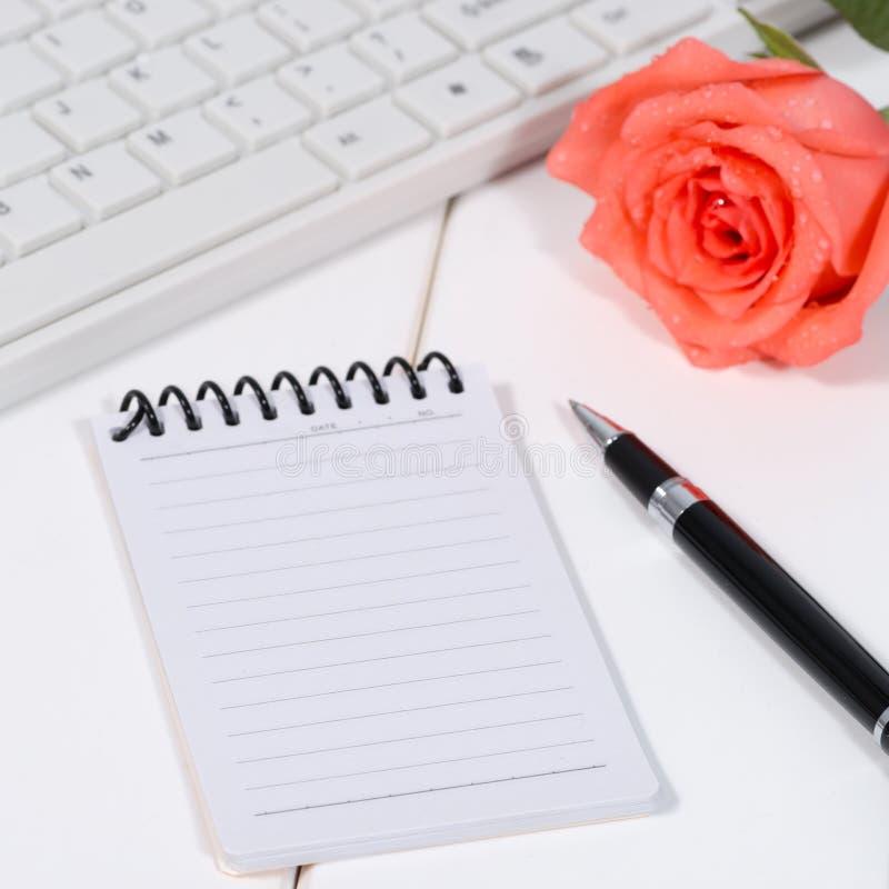 Das Notizbuch auf dem Desktop lizenzfreie stockfotografie