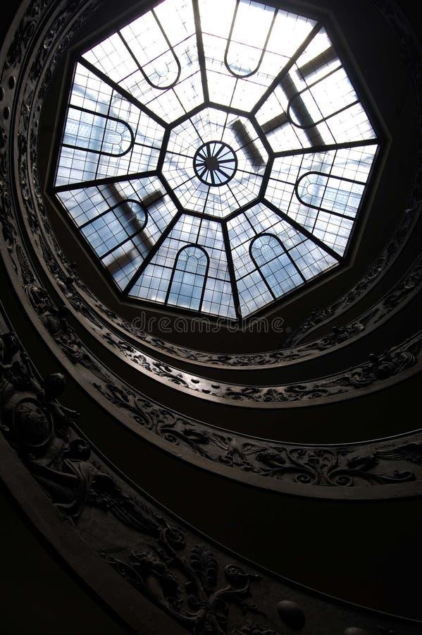 Das Oberlicht über der Wendeltreppe innerhalb der Vatikan-Museen in Rom stockbild