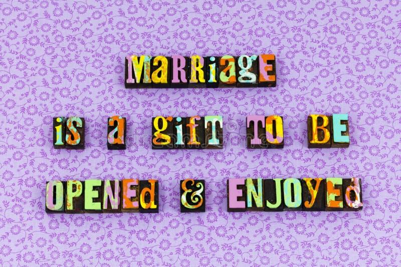 Das offene Heiratgeschenk genießen Lebenbriefbeschwerer stockbilder