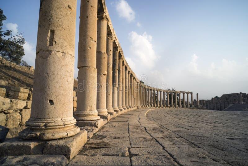 Das ovale Forum und das Cardo Maximus in der römischen Stadt von Gerasa nahe Jerash, Pompeji des Ostens die Stadt von 1000 Spalte stockfoto