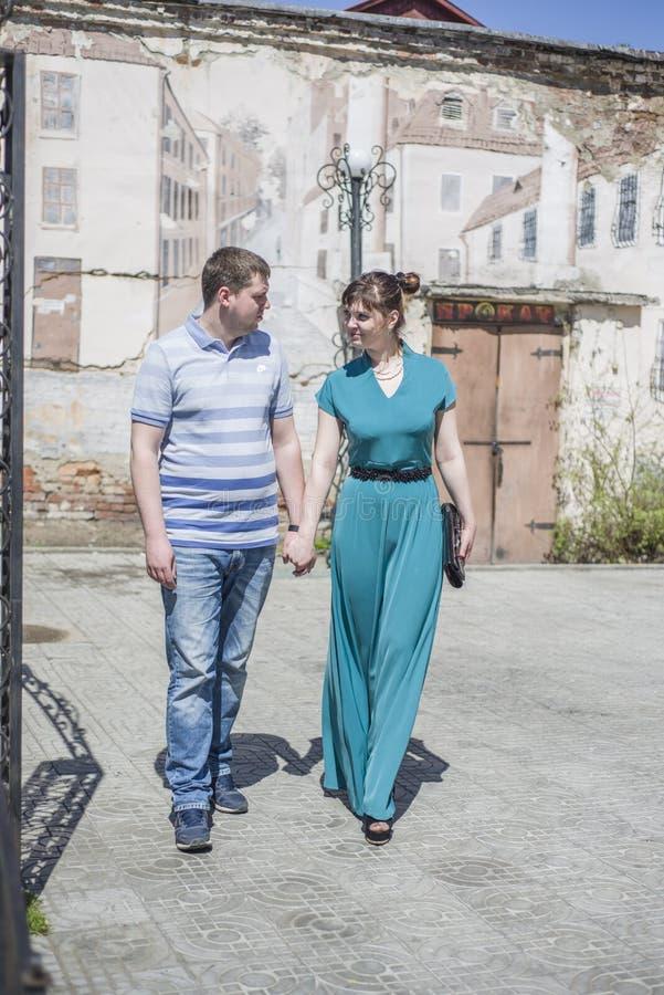 Das Paar geht um die Stadt stockbild