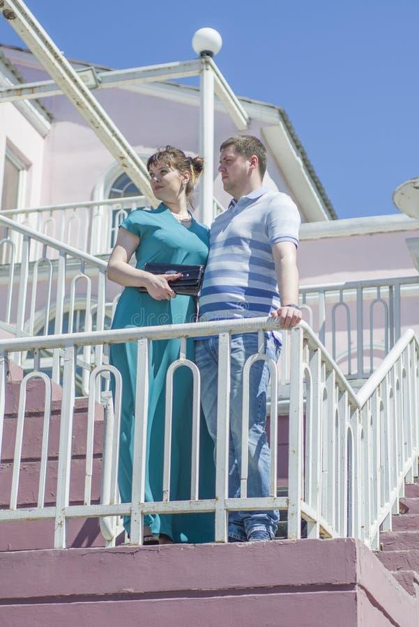 Das Paar geht um die Stadt lizenzfreie stockbilder