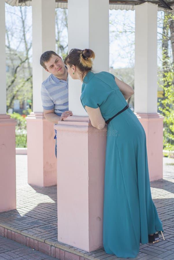 Das Paar geht um die Stadt lizenzfreie stockfotos